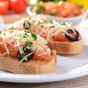 Bruschetta de tomate, atum e azeitonas