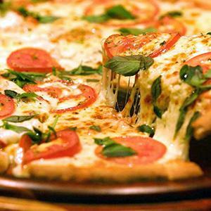 Pizza de mussarela com tomate assado