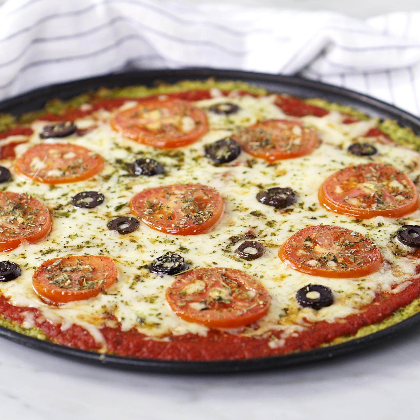 Pizza com massa de brócolis