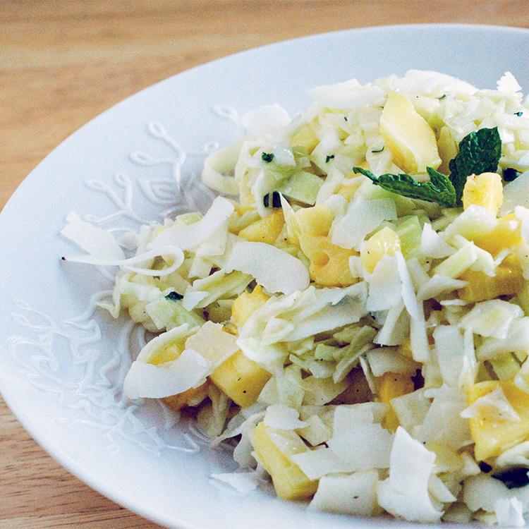 Salada de repolho com abacaxi e coco