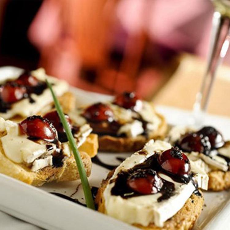 Crostini de queijo brie com tomate, balsâmico e mel