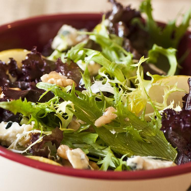 Salada Verde com Pêra, Nozes e Molho de Mostarda e Mel